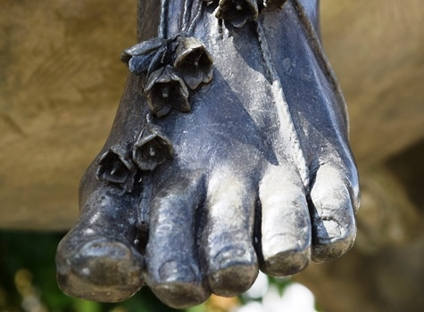 The Fine Lady's bell-adorned toes. Photo by dungeekin.